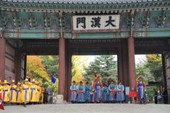 Bewaffnete Wachen an Deoksugungs-Palast, Seoul, Südkorea Stockbild
