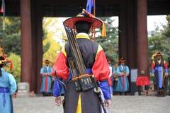 Bewaffnete Wachen an Deoksugungs-Palast, Seoul, Südkorea Stockfotos