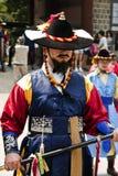 Bewaffnete Wachen im traditionellen Kostüm stockfotos