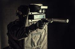 Bewaffneter FLIEGENKLATSCHE-K?mpfer, der hinter ballistischem Schild sich versteckt stockbild