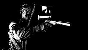Bewaffneter FLIEGENKLATSCHE-K?mpfer, der hinter ballistischem Schild sich versteckt lizenzfreie stockbilder