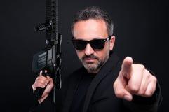 Bewaffneter Mafiachef, der Sie mit dem Finger zeigt lizenzfreies stockfoto