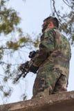 Bewaffneter Mann als Schutz Stockfotografie