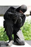 Bewaffneter Mann, der mit AK-47gewehr zielt lizenzfreie stockfotos
