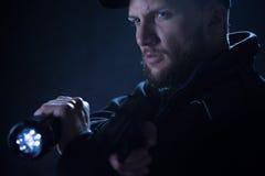 Bewaffneter Polizist, der auf Ziel sich konzentriert Lizenzfreie Stockbilder