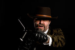 Bewaffneter Räuber mit einem Mauser Stockfoto