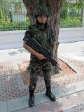 Bewaffneter Soldat auf Abdeckung während eines Protestes in Bangkok Lizenzfreie Stockbilder