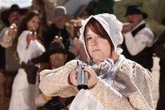 Bewaffnetes Mädchen in der Mütze stockfoto