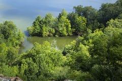 Bewaldete Küstenlinie, Hart Pond von der Kante des zackigen Berges, Connecticut lizenzfreie stockfotos