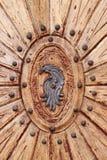 Bewaldete Tür mit Emblem Stockfotos