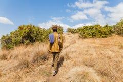 Bewapende boswachter die in het nationale park van Simien in Ethiopië lopen Stock Afbeelding
