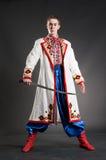 Bewapende jonge cossack in nationale Oekraïense kleding royalty-vrije stock foto's