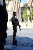 Bewapende militair in camouflagekostuum stock foto