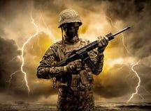 Bewapende militair die zich in een duister weer bevinden royalty-vrije stock foto