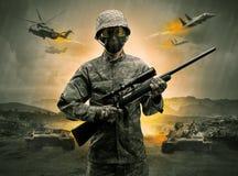 Bewapende militair die zich in het midden van een oorlog bevinden stock fotografie