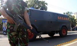 Bewapende militair stan wacht in Terroristenwederopbouw Stock Foto