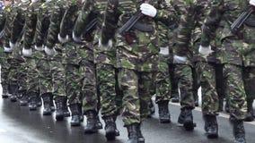 Bewapende militairen stock video