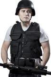 Bewapende politie in beschermend vat met een kanon stock foto