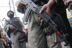Bewapende politie stan wacht Stock Afbeeldingen