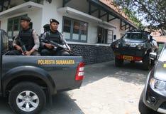 Bewapende politie stan wacht Royalty-vrije Stock Foto's