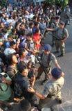 Bewapende politie stan wacht achter politielijn Stock Foto