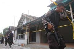 Bewapende politie stan wacht achter politielijn Royalty-vrije Stock Fotografie