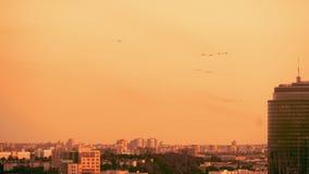 Bewapende Russische vechtersstralen op de rode zonsondergangachtergrond stock footage