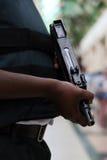Bewapende wacht die geld met machinegeweer beschermen Stock Fotografie