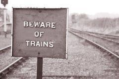 Beware do sinal de aviso do trem imagens de stock royalty free