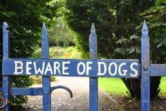 Beware dos cães imagem de stock