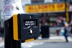 Beware zelf die de straat kruist stock fotografie