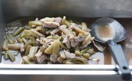 Beweeg de gebraden stam van de varkensvleeslotusbloem stock afbeelding