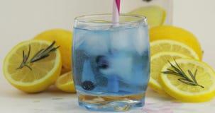 Beweeg een koude drank in het drinken van glas Makend tot verfrissende soda blauwe cocktail stock videobeelden