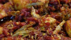 Beweeg Fried Anchovy And Potato With-Spaanse peper stock videobeelden