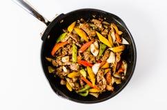 Beweeg Fried Beef Steak met Peper op Geïsoleerde Achtergrond Stock Afbeelding