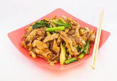 Beweeg Fried Rice Noodle With Pork op Witte Achtergrond Stock Foto