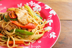 Beweeg Fried Spicy Spaghetti With Pork (Thais Voedsel) royalty-vrije stock afbeelding