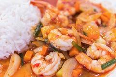 Beweeg gebraden garnalen in Thais rood kerriedeeg met rijst en gebraden Royalty-vrije Stock Fotografie