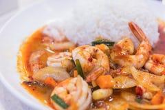 Beweeg gebraden garnalen in Thais rood kerriedeeg met rijst en gebraden Royalty-vrije Stock Afbeeldingen