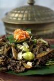 Beweeg gebraden gerecht Gemorst Gill Fungus met witte Spaanse pepers en lokale ui Stock Foto