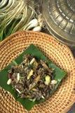 Beweeg gebraden gerecht Gemorst Gill Fungus met witte Spaanse pepers en lokale ui Stock Fotografie