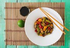 Beweeg gebraden gerecht met kip, paddestoelen, slabonen en paprika's Stock Foto
