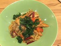 Beweeg gebraden gerecht met spaghetti Stock Foto's