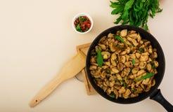 Beweeg gebraden gerechtkip met broccoli Hoogste mening Royalty-vrije Stock Foto