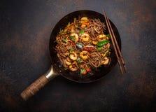 Beweeg gebraden gerechtnoedels met garnalen en groenten royalty-vrije stock fotografie