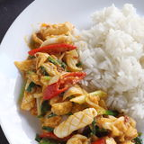 Beweeg gebraden pijlinktvis met gezouten eierdooier Stock Foto's