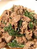 Beweeg gebraden rundvlees met basilicum royalty-vrije stock afbeelding