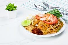Beweeg gebraden stootkussen Thaise noedel met garnalen stock foto's