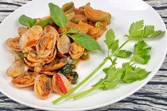 Beweeg gebraden tweekleppige schelpdieren en aubergine met het geroosterde deeg van Chili royalty-vrije stock afbeeldingen