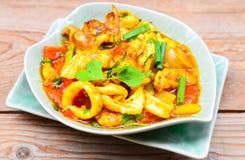 Beweeg gebraden verse pijlinktvis met jukeieren, ui en Spaanse peper stock afbeelding